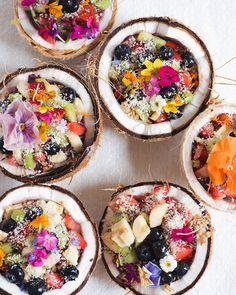 Kokosnuss-Bowls mit essbaren Blumen