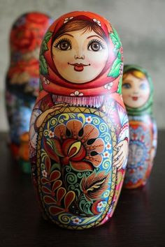 Matryoshka: Our collection of Russian dolls Russian dolls intrigue you? More than simple decorative objects, they symbolize Russia. So do not hesitate to discover our entire collection ofmatryoshka. Matryoshka Doll, Kokeshi Dolls, Folk Art Flowers, Flower Art, Hama Beads Minecraft, Russian Art, Decorative Objects, Kitsch, Art Inspo