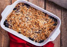 Une bonne croustade aux framboises et aux bleuets, une très bonne idée de dessert. Biscuits, Breakfast Dessert, C'est Bon, Banana Bread, Cereal, Deserts, Food And Drink, Desserts Without Eggs, Raspberries