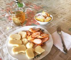 #healthybreakfast porción de piña  con #AvenaEnHojuelas, bollito de queso  costeño bajo en sal, al mejor estilo de mi mamá! Salchicha de pavo de @pietran_oficial y té verde con  de @tehindu con manzanilla con  y jengibre de @lipton!!! #FelizLunesFestivo!