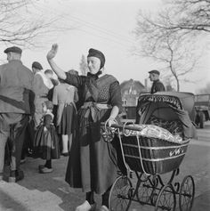 Staphorst woman in April 1945 Dutch People, World War Ii, Genealogy, Netherlands, Che Guevara, Costumes, Woman, Nostalgia, World War Two
