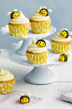 Not just for kids, these dainty bee cupcakes are super cute, and super tasty, too. Studded with white chocolate chips and given a fresh lift with orange zest, you can indulge your creative side with the sweet icing bumble bee decorations. Easter Cupcakes, Yummy Cupcakes, Gourmet Cupcakes, Strawberry Cupcakes, Christmas Cupcakes, Vanilla Cupcakes, Cupcakes Kids, Banana Cupcakes, Chocolate Buttons