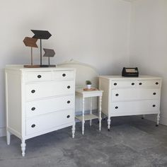 Superior Paint Co. Ivory This is our soft warm white and one of our most popular colours! We love pairing Ivory with Fresh Air, Robins Egg or Burlap. Vintage Bedroom Sets, Robins Egg, Chalk Paint, Burlap, Ivory, Colours, Painting, Furniture, Home Decor