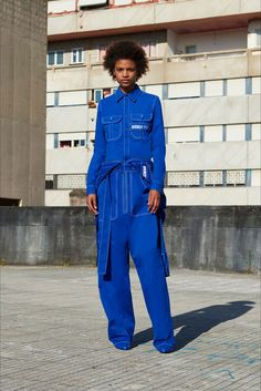 Guarda la sfilata di moda Givenchy a Parigi e scopri la collezione di abiti e accessori per la stagione Pre-collezioni Primavera Estate 2018.