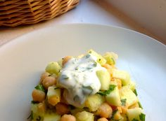 receta-ensalada-de-garbanzos-y-pepino-con-salsa-de-yogur-menta-y-eneldo