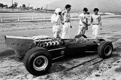 Bruce prueba M2A Ford en Riverside, California durante una prueba de neumáticos Firestone a principios de 1966.   Bruce McLaren, Gary Knutson, Howden Ganley y Wally Willmott