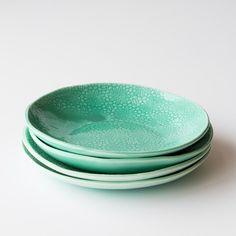 This magnificent glazed porcelain salad plate is handcrafted in Quebec. - Porcelaine contemporaine fait à la main