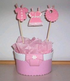 17 ideas baby shower cake diaper fun for 2019 Baby Shower Cakes, Baby Shower Table Cloths, Baby Shower Favors, Baby Shower Themes, Baby Shower Gifts, Baby Girl Gift Baskets, Baby Girl Gifts, Mesas Para Baby Shower, Baby Shower Centerpieces