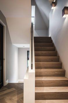 Nobel Flooring - Houten vloer groot model visgraat - Hoog ■ Exclusieve woon- en tuin inspiratie. Entryway Stairs, House Stairs, Casa Patio, Boutique Homes, Interior Stairs, Staircase Design, Classic House, House Goals, Stairways