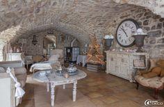 Sous une voûte d'arêtes en pierre se niche le salon de la décoratrice 'La Maison de Déco d'Alice M'. Canapé et méridienne 'Une Chaise au Sol...
