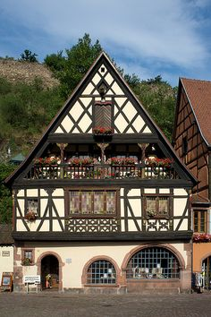Kaysersberg, Alsace By Yann Le Biannic Medieval Houses, Medieval Town, Swiss House, Beautiful Homes, Beautiful Places, Casas Shabby Chic, Belle France, Tudor House, French Cottage