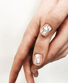 "Vous ne l'avez surement pas loupé si vous suivez les tendances sur Instagram, la manucure ""Picasso"" ne cesse de gagner du terrain depuis quelques mois ! Stylish Nails, Trendy Nails, Cute Nails, Minimalist Nails, Hair And Nails, My Nails, Nail Art Vernis, Nail Nail, Manicure Y Pedicure"