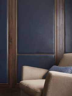 Living Room Leather & Walnut Panelled Walls | London Pied-A-Terre | LINLEY Interiors | #interior #livingroom #design #contemporary #woodpanelling