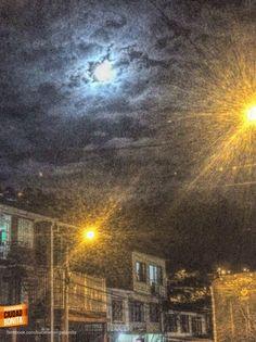Noches de luna llena en Bucaramanga. Gracias @PaoVillaC por la foto #nochesBUC