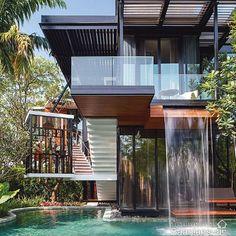 Quando o interior e o exterior se completam de tal forma que já não se sabe onde um começa e o outro termina. Inspiração do dia... #arquitetura #architecture #casa #house #piscina #cascata #inspiracao #archidecor #archilovers #archidaily #pinterest