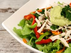 Salad with avocado dressing Avocado Dressing, 100 Calories, Healthy Salad Recipes, Light Recipes, Delicious Desserts, Good Food, Food And Drink, Veggies, Cooking Recipes