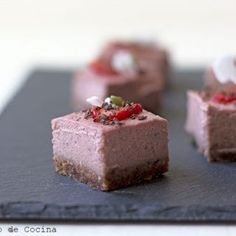 Simple and delicious recipe of Vegan strawberry cheesecake, a very healthy way to enjoy a tasty dessert, even as a snack. Strawberry Cheesecake, Chocolate Cheesecake, Vegan Chocolate, Baked Pineapple, Pineapple Tart, Delicious Desserts, Yummy Food, Tasty, Something Sweet