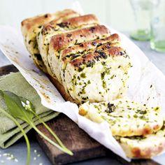 Das köstlich duftende Bärlauchbrot stellt jedes Baguette oder Ciabatta in den Schatten! Ein Muss für den Frühling und das nächste Picknick.