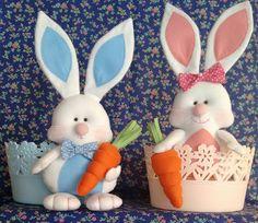 Coelho com cenoura em feltro aprox. 35 cm altura. **** Não acompanha cesta******* Easter Crafts, Felt Crafts, Diy And Crafts, Miniature Crafts, Felt Art, Bottle Crafts, Easter Baskets, Easter Bunny, Diy Tutorial
