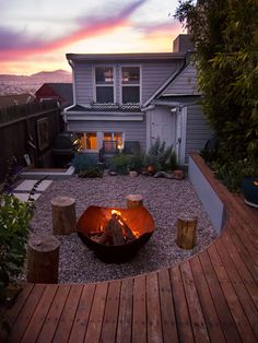 This Small Backyard In San Francisco Was Designed For Entertaining This modern landscaped backyard has a raised outdoor lounge deck, a wood burning firepit, succulents, bamboo and a vegetable garden. Small Backyard Gardens, Small Backyard Landscaping, Modern Landscaping, Landscaping Ideas, Courtyard Landscaping, Front Gardens, Outdoor Lounge, Outdoor Living, Deck Design Plans