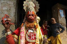 En este festival hindú, denominado Maha Shivratri, los llamados Sadhu fuman para el Señor Shiva, el dios hindú de la creación y la destrucción.