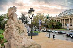 PARIS - Escultura na entrada do Petit Palais e vista parcial da fachada do Grand Palais - fuievouvoltar.com