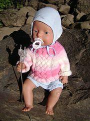 Helppo ja hempeä palmikkopaita Baby Born -nukelle. Neulotaan kauluksesta alaspäin suljettuna neuleena.