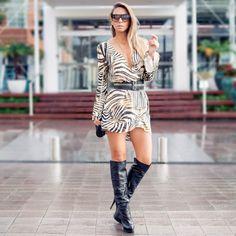 Look do dia com vestido curto animal print e botas over the knee preta