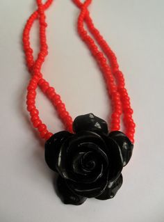 Collar en mostacillas y flor en resina. Necklase