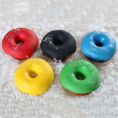 Bij de Olympische Spelen horen natuurlijk Olympische lekkernijen! Wat dacht je van deze vrolijke donuts in de kleuren van de Olympische Spelen?