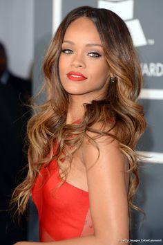 Rihanna apostó por las mechas californianas para asistir a los premios Grammy en febrero de 2013