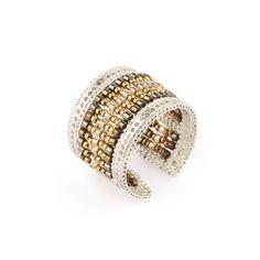 C'est l'été! Affichez cette bague bicolore, perlée et dorée à souhait. Un bijou de saison!