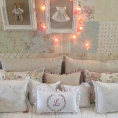 Quarto de bebe menina Cama de babá com almofadas bordadas, richelieu e tecido. Confecção própria feita sob medida. Papel de parede quadros