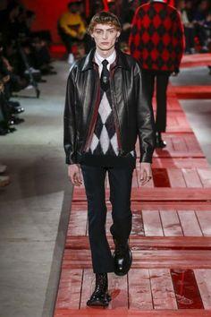 Alexander McQueen Fall 2018 Menswear Fashion Show Collection: See the complete Alexander McQueen Fall 2018 Menswear collection. Look 8 Alexander Mcqueen 2018, Alexander Mcqueen Couture, Alexander Macqueen, Men's Fashion, Young Fashion, Winter Fashion, Runway Fashion, Fashion Trends, Vogue Paris