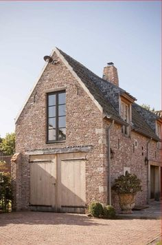 t Achterhuis Historical Building materials Beautiful Architecture, Architecture Design, Carriage House Garage, Warehouse Living, Barns Sheds, Country Barns, Gate House, Garage Apartments, Old Bricks