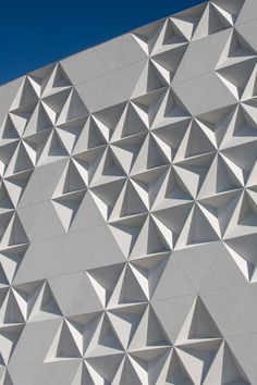 Image 9 of 22 from gallery of Liverpool Paseo Queretaro Facade / Miguel de la Torre. Photograph by Jaime Navarro Mall Facade, Retail Facade, Facade House, Parametric Architecture, Concrete Architecture, Interior Architecture, Liverpool, Building Facade, Building Design