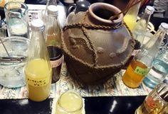 泡盛の甕がテーブルにどどーん!!シークワーサーやサンピン茶で割ってついつい飲みすぎてしまいました(^_^;)【安里屋ユンタさん】