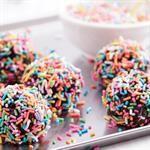 Ajak anak untuk membuat kue bersama dengan membuat bola-bola coklat yang nikmat.