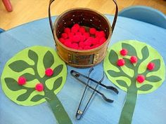 Great website for apple crafts for the fall (tong and apple game, sorting colors