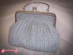Bolso de fiesta Silver Bag, realizado en ganchillo con hilo de seda, boquilla metálica plateada y forrado en raso de color blanco.