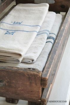 Simply French Country Home Decor Ideas - Rearwad French Country Rug, French Decor, French Country Decorating, Country Blue, Country Charm, Lino Natural, Grain Sack, Linens And Lace, Vintage Textiles