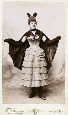 Bat Costume, XIX century. Roupas com formato de Asas de Morcego