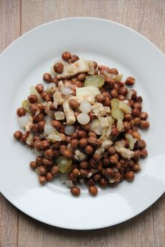 Captain's dinner. Marrowfat peas with pickled onions, pickles, pork belly and roasted onions - Kapiteins maaltijd met kapucijners, augurk, zilveruitjes en reepjes speklap