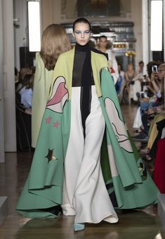 Fashion Week Paris Fall/Winter 2018 look 7 from the Valentino collection couture Style Couture, Couture Mode, Couture Fashion, Runway Fashion, Fashion Show, Womens Fashion, Fashion Design, Valentino Couture, Valentino Garavani
