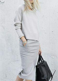Светло-серая юбка-карандаш и свитер втон