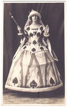 """Queen of Spades fancy dress, (OP: """"like the collar/bodice, its almost like a sideless surcoat"""") 1920s Fancy Dress, Victorian Fancy Dress, Fancy Dress Ball, Victorian Fashion, Vintage Fashion, Halloween Costume Contest, Costume Ideas, Creative Costumes, Vintage Halloween"""