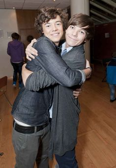 Fetus Louis Tomlinson and Harry Styles, this was after one direction was formed on X factor Four One Direction, One Direction Pictures, One Direction Memes, Louis From One Direction, One Direction Wallpaper, Larry Stylinson, Desenhos One Direction, Gavin Memes, X Factor