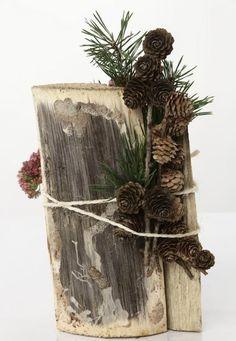 herbstliches arrangement rustikal baumstamm tannenzweig zapfen