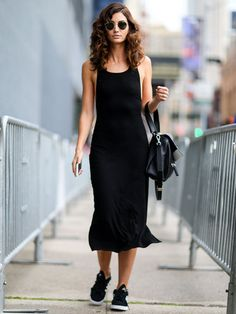 ミニマル&クリーンなブラックドレスがヒット|リリー・オルドリッジ(Lily Aldridge)の私服スナップ