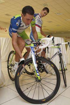Vincenzo Nibali keeps his balance under Peter Sagan's watchful gaze.  Photo: © Bettini